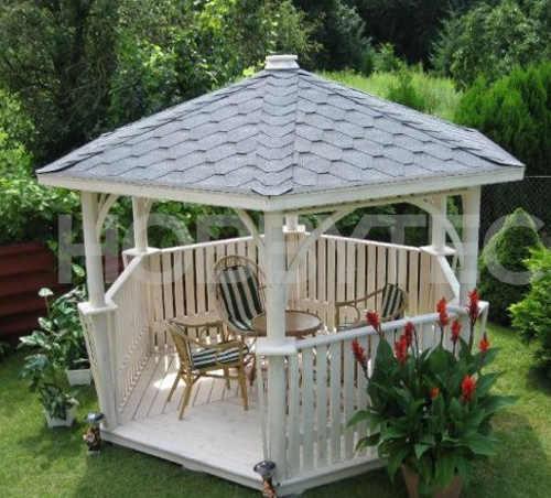 Bílý dřevěný altán do romantické venkovské zahrady
