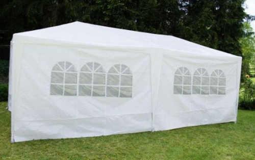 Jednobarevný bílý párty stan ideální pro zahradní svatbu
