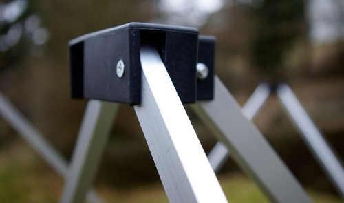 Samosestavitelná nůžková konstrukce zahradního párty stanu