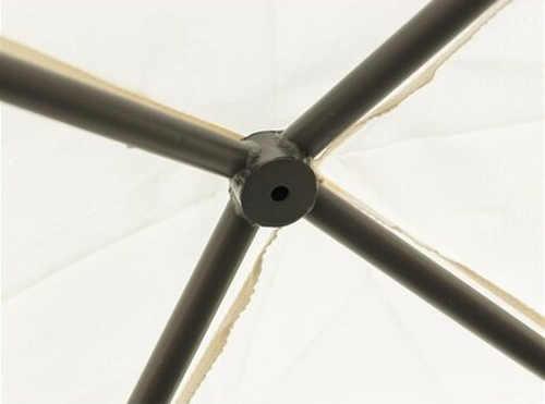 Střešní konstrukce altánu z černých ocelových trubek