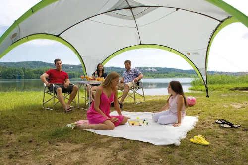 Rychle sestavitelný stanový přístřešek pro relaxaci u vody