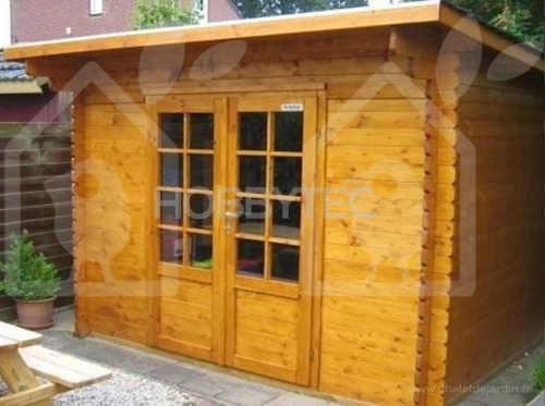 Zahradní chatka s velkýma dvoukřídlými prosklenými dveřmi
