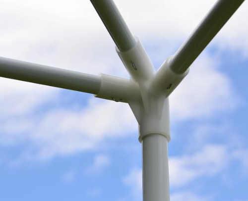 Trubky konstrukce jsou spojeny pomocí plastových spojek