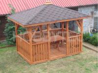 Dřevěný altán v klasickém obdélníkovém tvaru