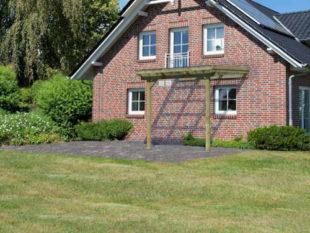 Dřevěná pergola ke zdi domu