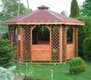 Šestiúhelníkový dřevěný altán